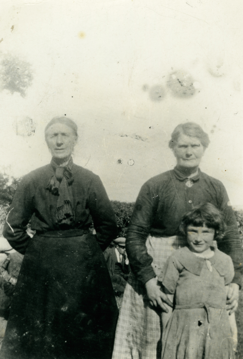 Clerkin // County Monaghan :: Group photograph of Ellen McMeel and others