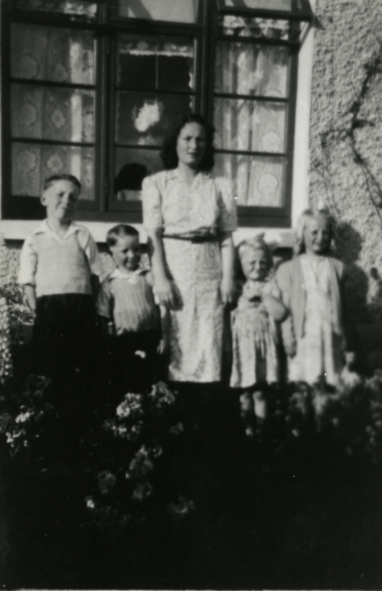 Campbell  //  County Dublin :: Elizabeth Carroll and her children, in Crumlin