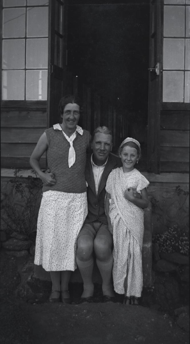 McKay  //  County Antrim :: European family in India
