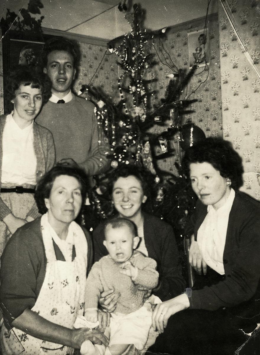 Sweeny // County Dublin :: The Sweeny family at the christmas tree