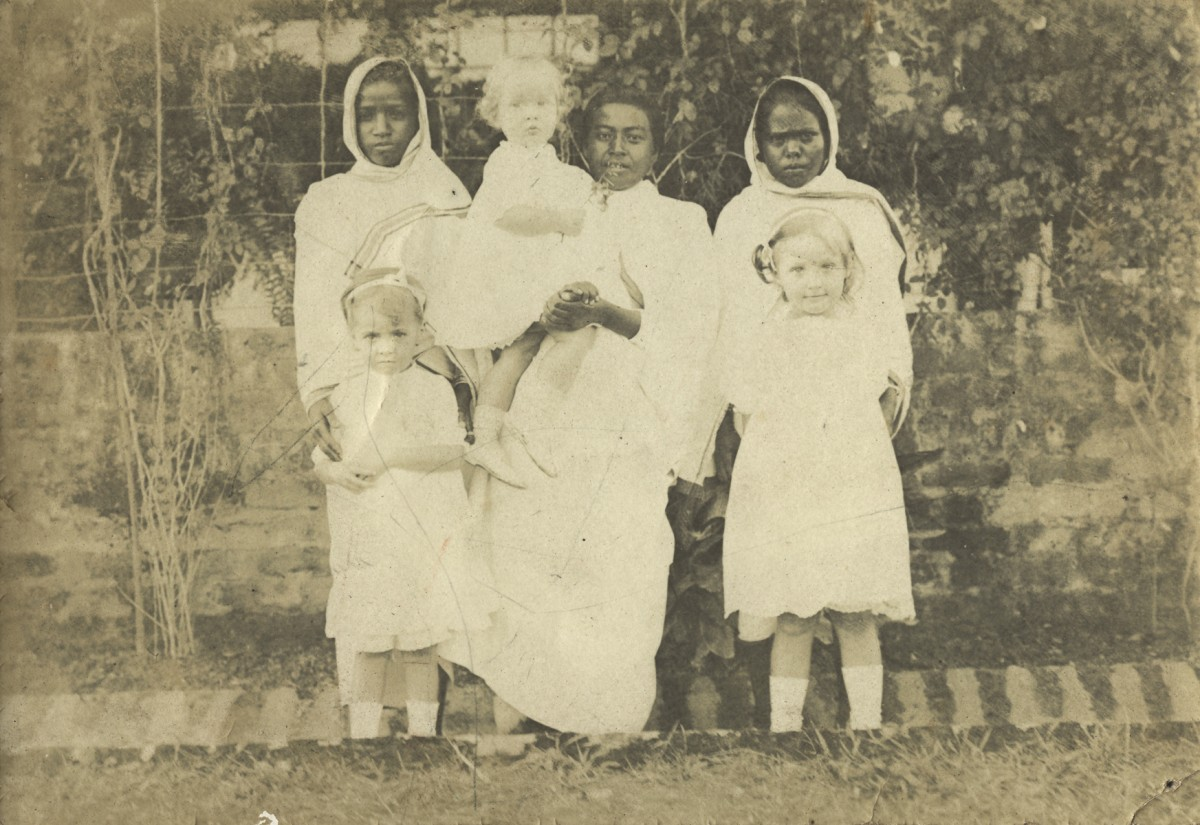 McKay  //  County Antrim :: McKay children with their ayahs in India
