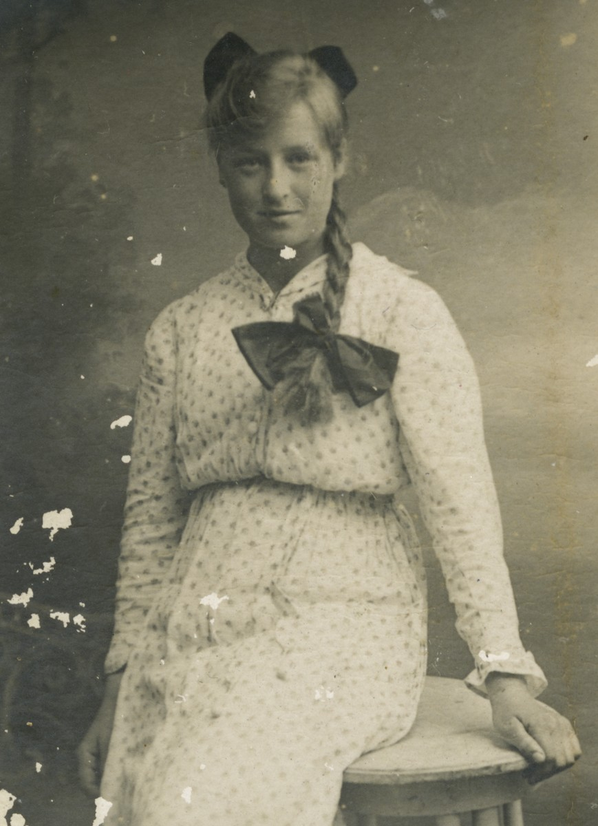 Roulston // County Donegal :: Portrait of young woman, Roulston fmaily album