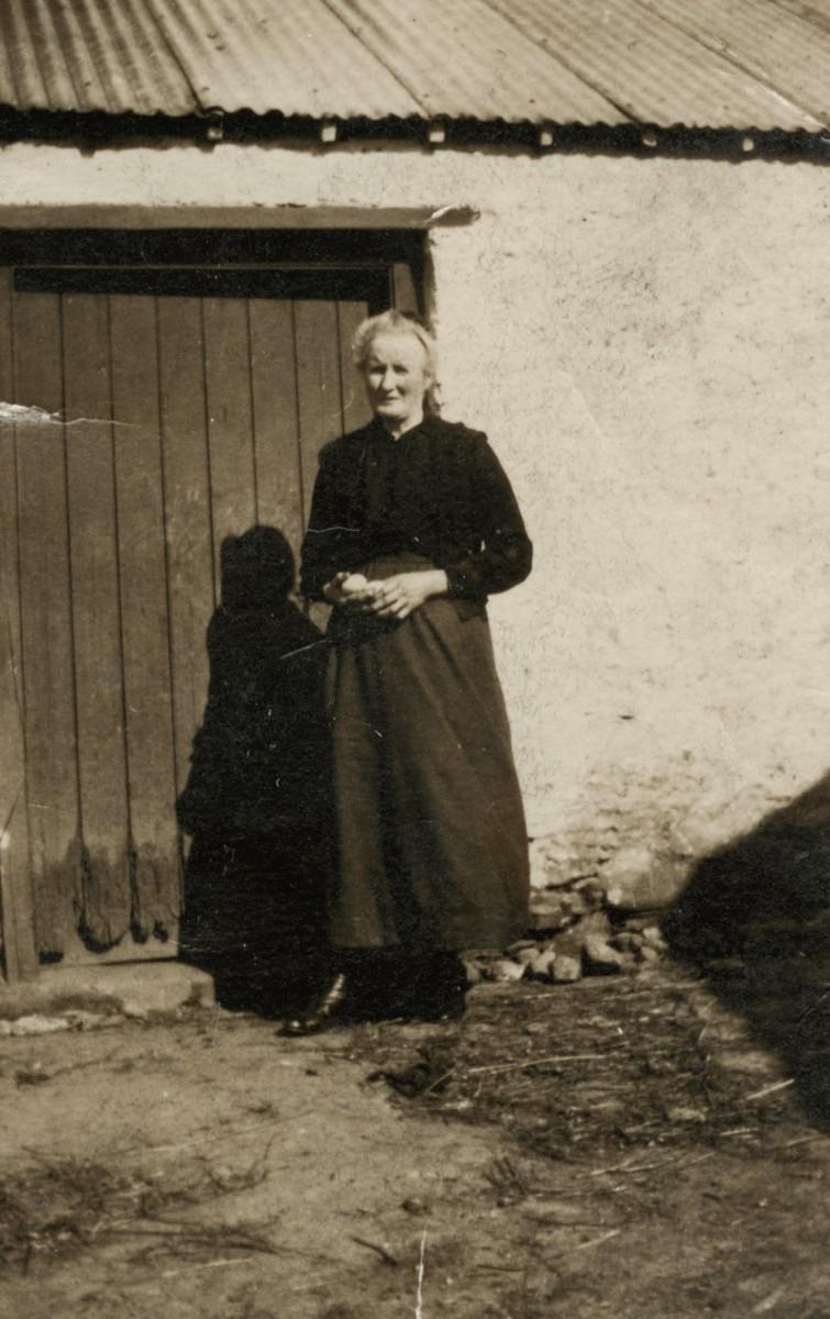 Roulston // County Donegal :: Woman in Roulston farm yard