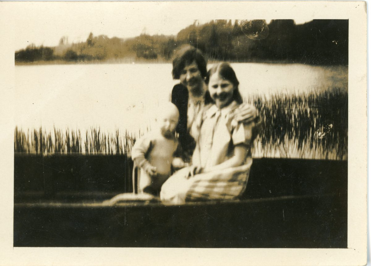 Stewart // County Monaghan :: Group Family Portrait on a Boat