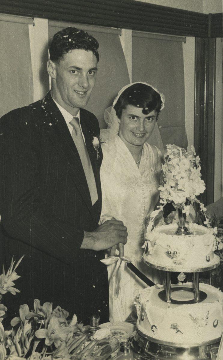 Stewart // County Monaghan :: Cutting the wedding cake